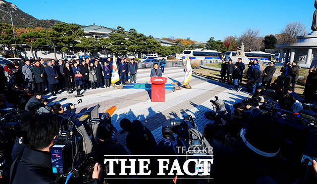[TF포토] 청와대 앞 단식 돌입하는 황교안