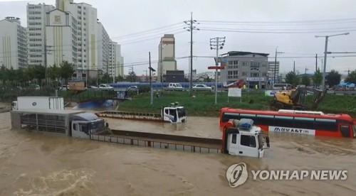 290㎜ 물난리 충북서 2명 실종…급류 휩쓸렸다 잇따라 구조