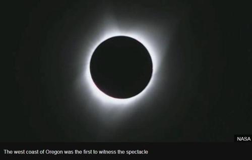 `달이 태양을 덮었다`…99년만의 개기일식 美대륙 열광