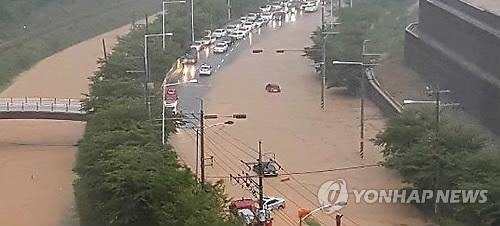 부산 시간당 최고 86㎜ 비…도로·주택 침수 피해 속출(종합2보)
