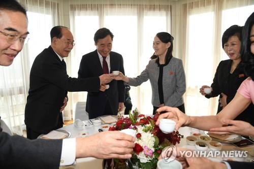 건배하는 이 총리와 북한 김여정·김영남