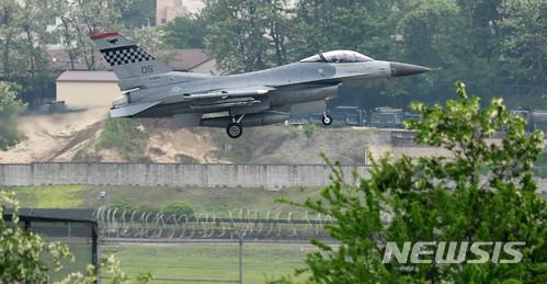 착륙하는 F-16 전투기
