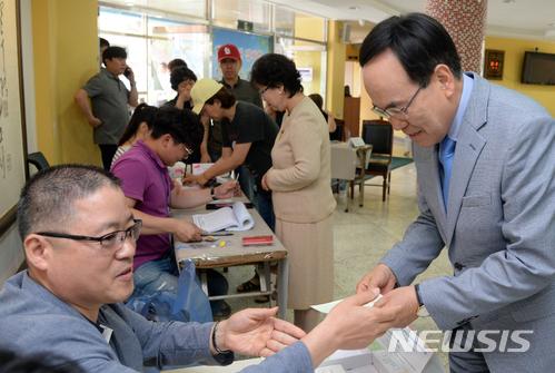 투표장 찾은 서거석 전북도교육감 후보
