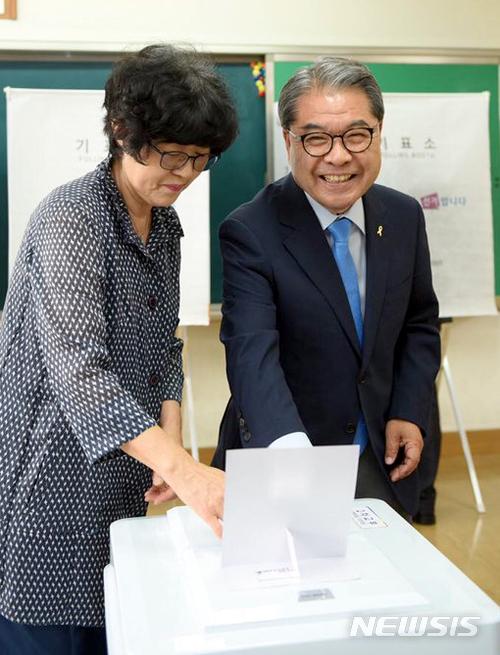 투표소 찾은 이재정 경기도교육감 후보