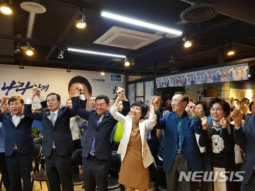 부산 해운대구을 보궐선거 출구조사, 민주당 윤준호 후보 1위