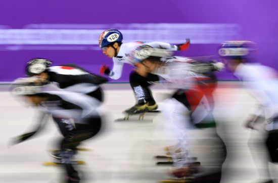 역주하는 한국 남자 쇼트트랙 대표팀