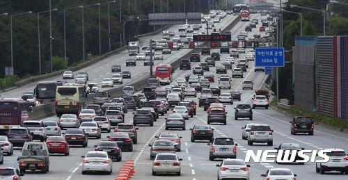 고속도로 통행료 면제 영향 새벽부터 정체… 정오쯤 귀성 절정