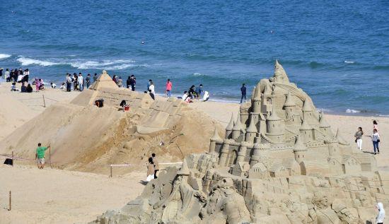 해운대에 우뚝 선 '대형 모래성'
