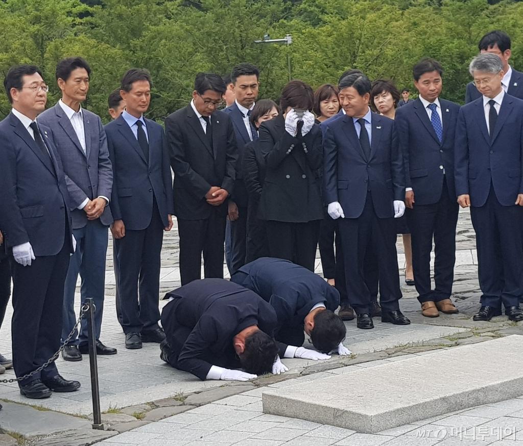 `노무현의 마지막 비서관` 김경수…묘역에서 승리보고