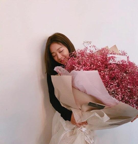 [SE★PIC] 조보아, 초대형 꽃다발 인증샷..로즈데이 만끽