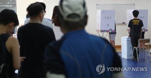 """'6.13지방선거' 일산서 투표용지 촬영 소동 """"기념으로 사진 찍었다"""""""