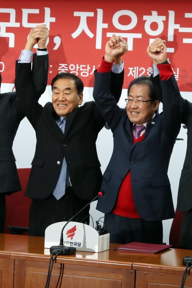 홍준표  이재오 손잡았다 … 洪 ¨늘푸른한국당 자유한국당 입당으로 우파 통합 완성¨