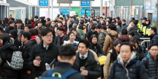 설 `민족대이동` 시작…서울역·고속터미널 인산인해