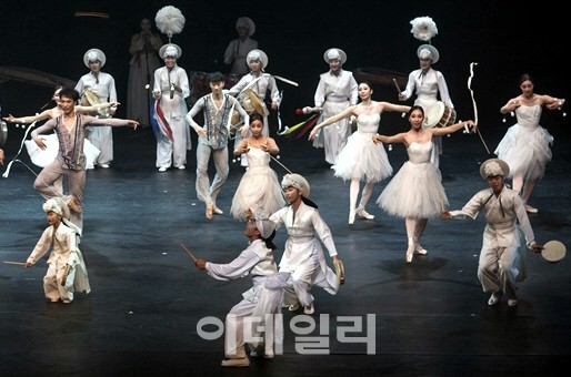[포토] 농악과 발레가 펼치는 화무지란(花舞之亂)의 공연 '아리랑 별곡'