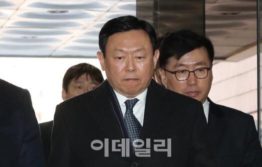 신동빈, 뇌물공여 혐의 '유죄'…징역2년 실형 선고(상보)