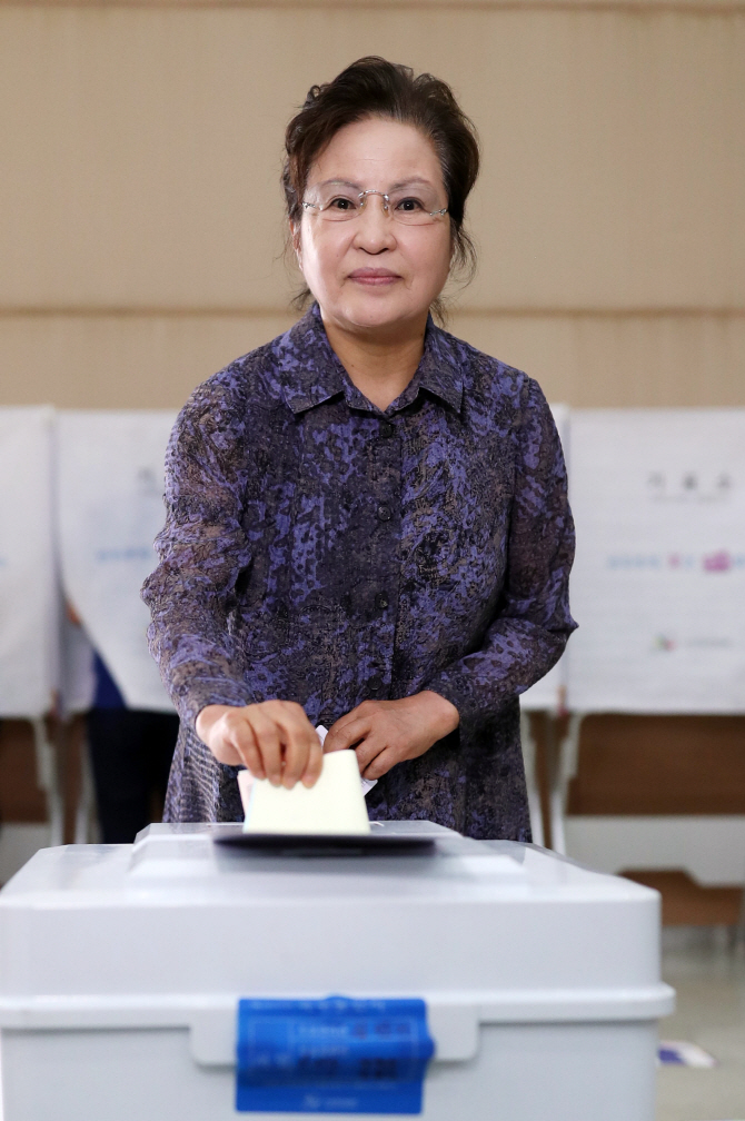 故 노무현 대통령 부인 권양숙 여사, 봉화마을서 투표