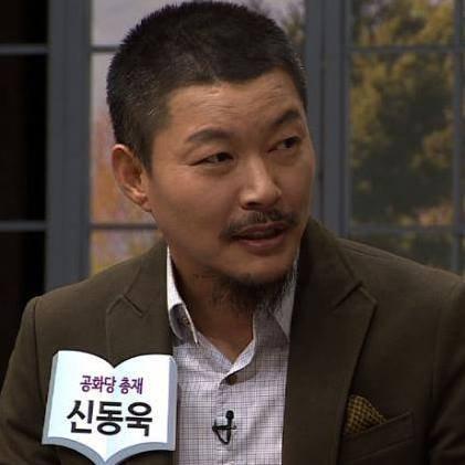 """신동욱 """"탁현민 교수 자기 발등 자기가 찍은 꼴"""" 비난"""