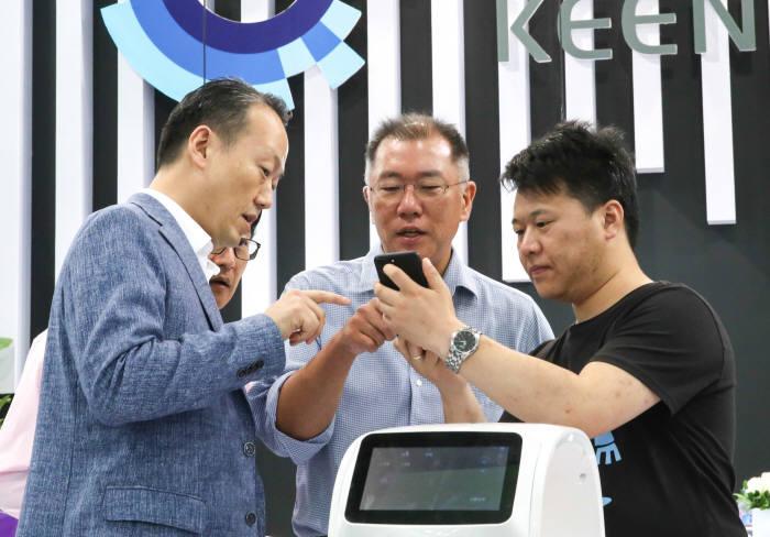 정의선 CES아시아 기조연설…'AI 확대-中과 협력강화'