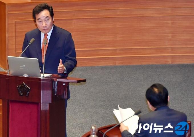 [포토]대정부질문 답변하는 이낙연 총리