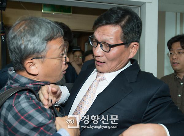 [경향포토]최기화에게 항의하는 김민식PD
