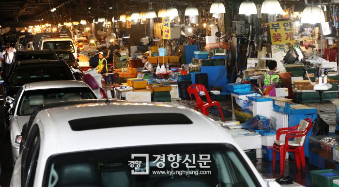 옛 노량진 수산시장 점포 철거 강제 집행…'차벽'으로 맞선 상인들