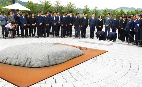 김경수 당선인, 노 대통령 묘소에 큰절... 부인은 눈물 훔쳐