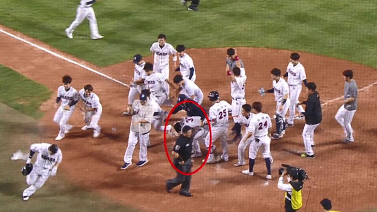 오클릭 경기 중 아닌 세리머니 중에…갑자기 쓰러진 두산 박건우