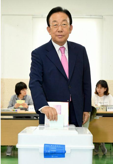 김관용 경북지사…소중한 한표