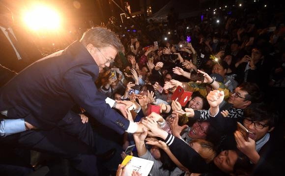 [서울포토] 국민들 손잡은 문재인 대통령