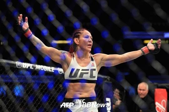 [UFC 219] 사이보그, 홈에 판정승.. 1차 방어 성공