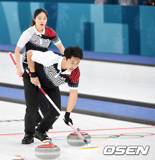 [사진]컬링 이기정-장혜지,마지막까지 최선을 다해'