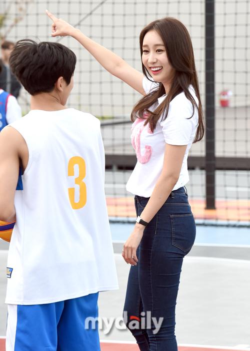 [MD포토] 박지영 아나운서 `저쪽으로 넣으면 되는거니?`