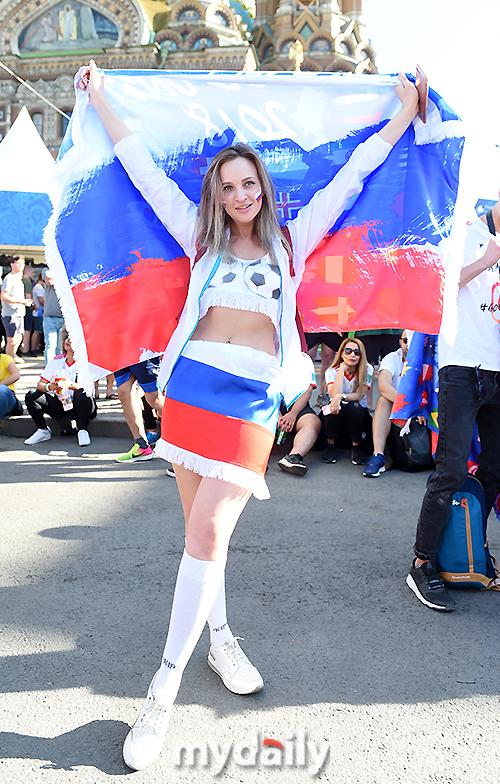 러시아 응원하는 미녀 '파격적인 의상'