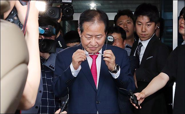 <포토>자유한국당 당사 떠나는 홍준표