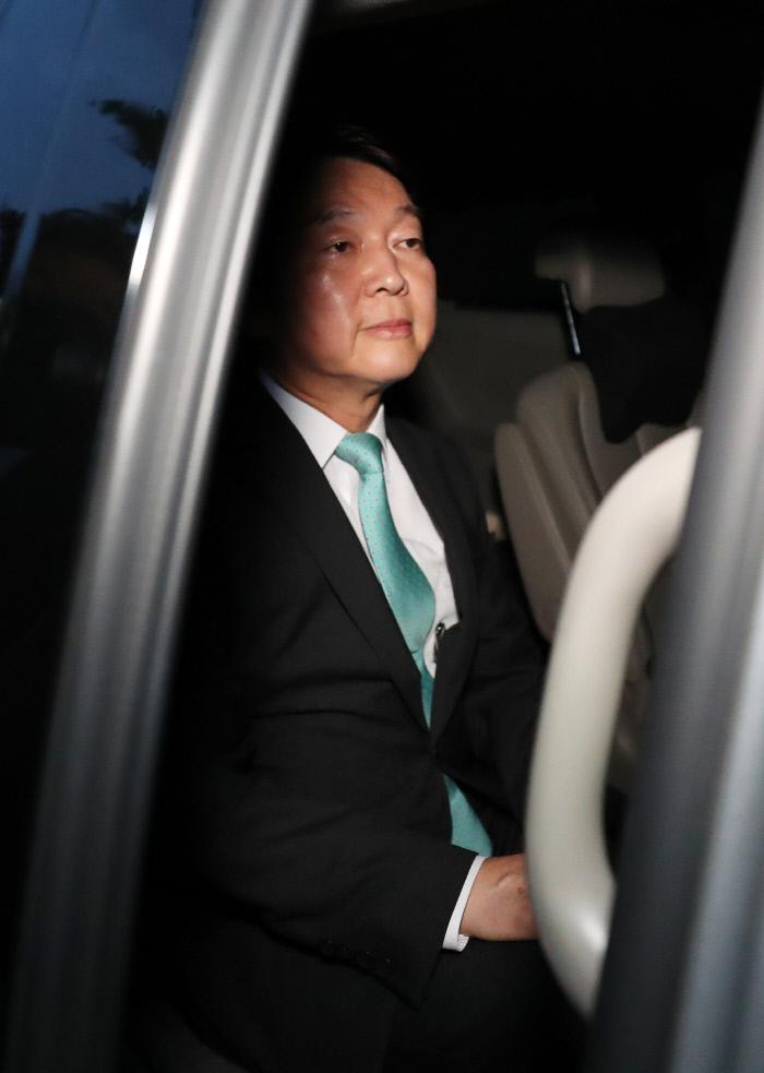 6.13 지방선거 상황실 떠나는 안철수·홍준표