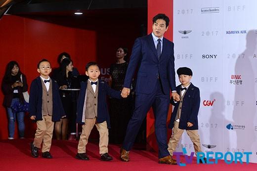 [T포토] 송일국 `삼둥이와 함께 `부산국제영화제` 참석`