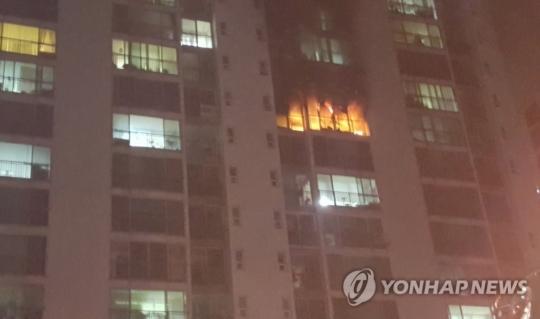 김해 아파트 10층서 불…불 피하려던 40대 여성 추락사