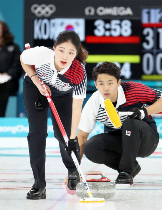 [리얼타임 평창] 컬링 믹스더블 장혜지-이기정, 연장 가는 접전 끝에 중국에 패배