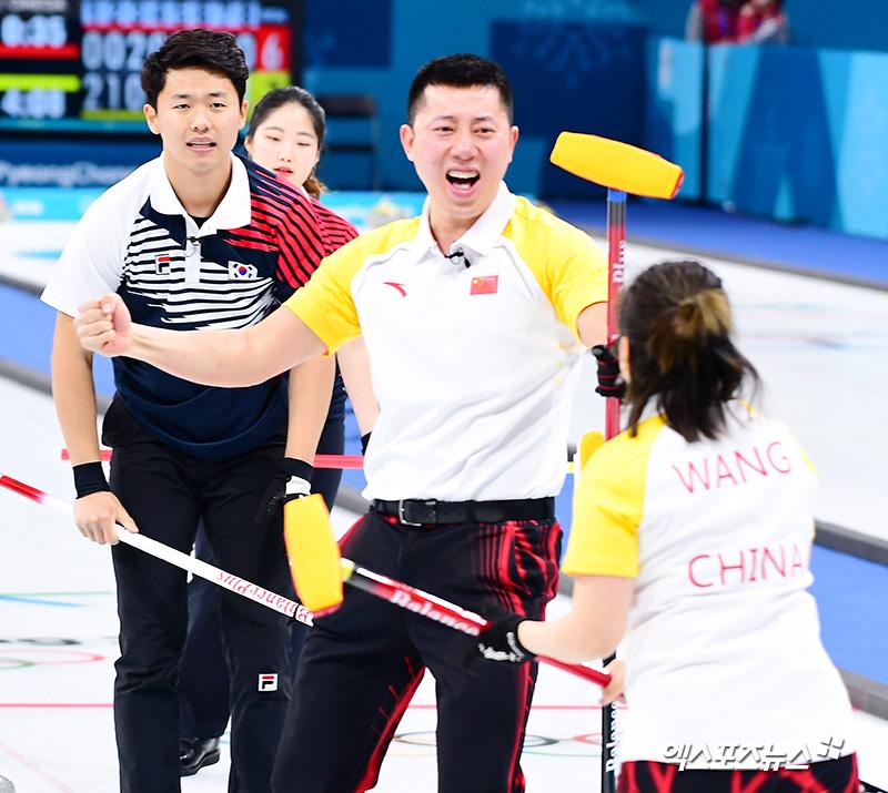 대한민국-중국 컬링 믹스더블 `희비가 교차되는 순간` [포토]