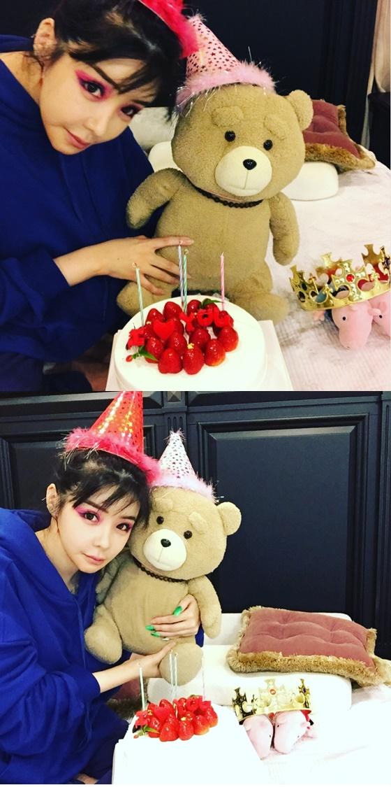 [★SNS]`강렬한 눈화장+곰인형` 박봄, 반전 매력 터지는 근황 공개