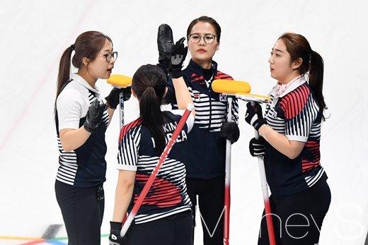 [컬링세계선수권] 여자컬링, 스위스와 접전 끝 6대8 패배… 일본과 '대결'