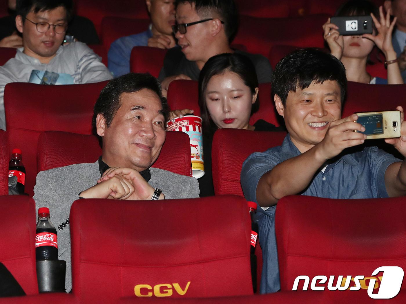 """'1987' 관람한 李총리 """"수많은 희생에 우리가 서 있다""""(종합)"""