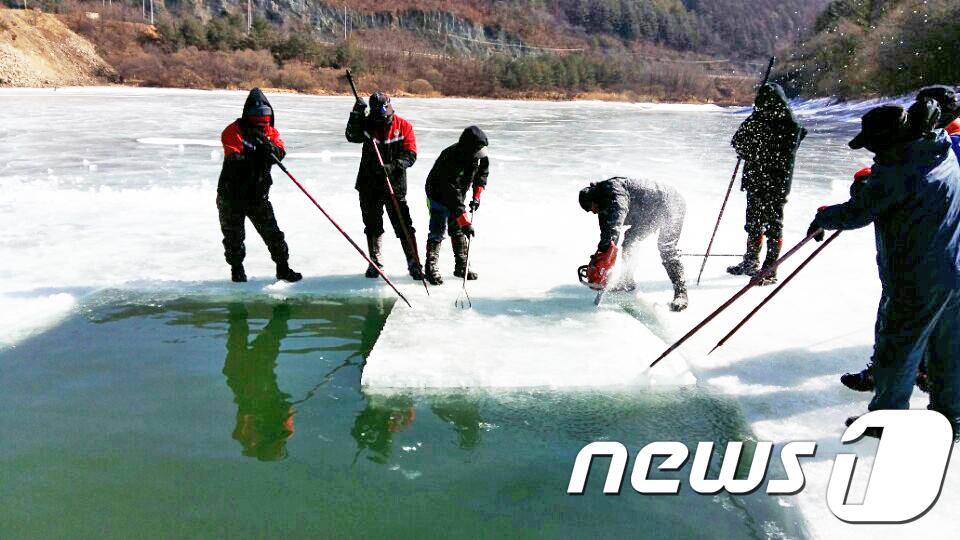 삼척 산불 잔불정리… 헬기 취수장 확보·강풍에 고전