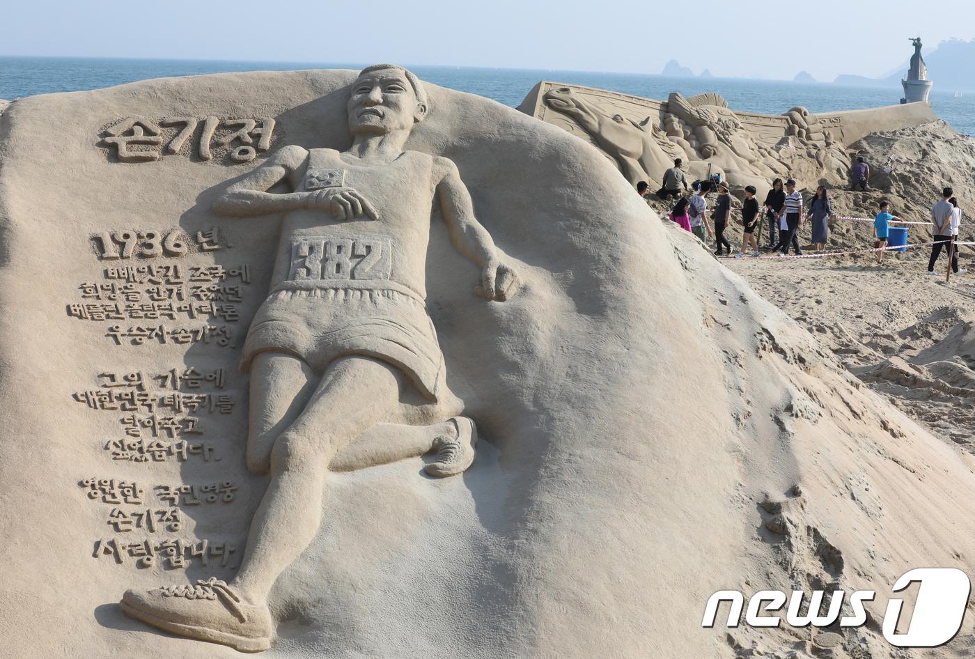 해운대 해변에서 만나는 영웅 모래조각
