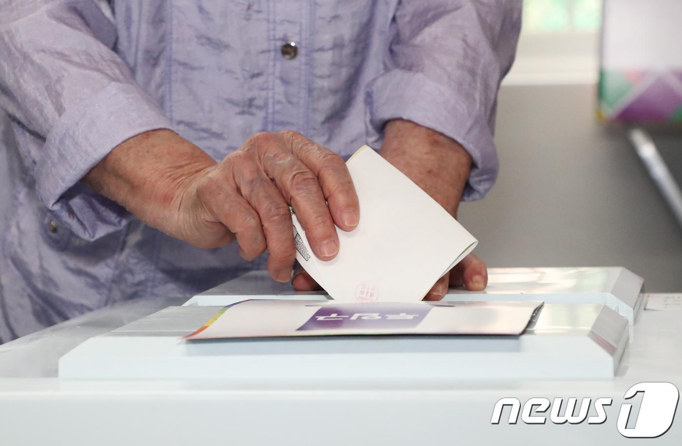 """""""누군가 도장 찍어놨다""""…투표소 소란·용지 훼손 잇따라"""
