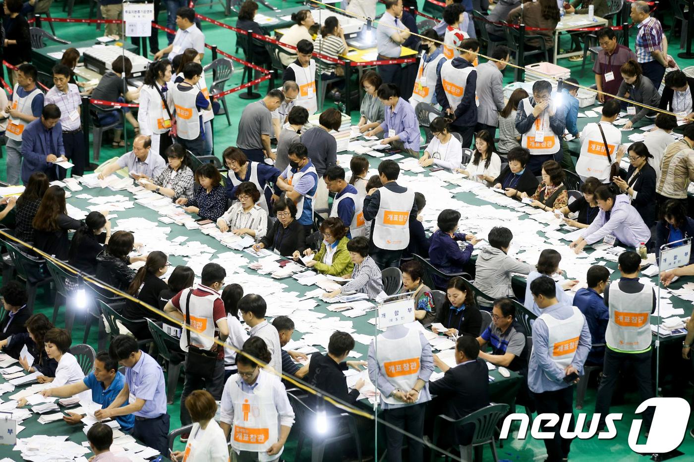 민주 13곳, 한국 3곳, 무소속 1곳 '1위'…與 '역대급 압승'