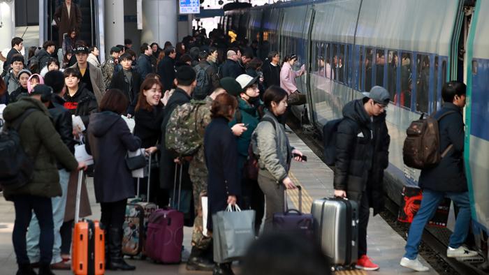 서울역, 귀성객으로 북적…승차권 대부분 벌써 '매진'