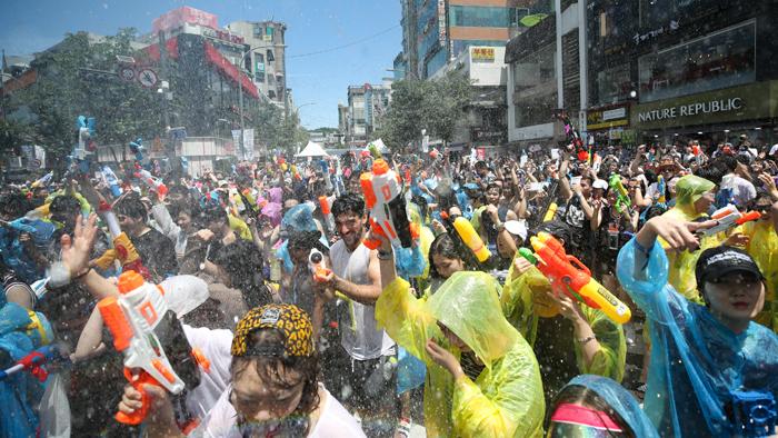 '신촌을 점령한 안드로이드'…신촌 물총축제