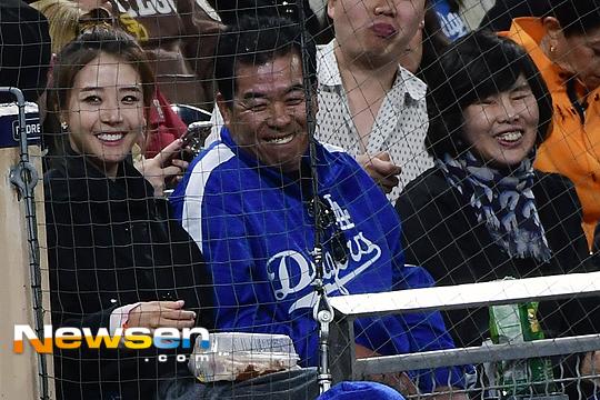 포토엔배지현 '류현진 승리가 보여요'