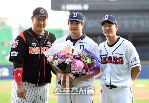 [SS포토]이대호-김재호의 축하를 받는 김재환